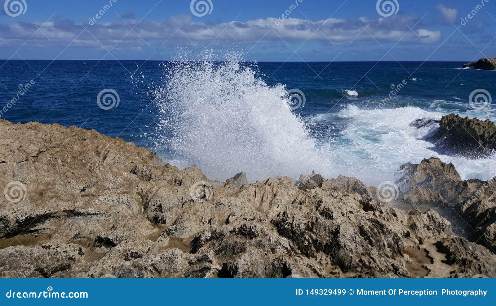 Ce qui se produit quand la vague rencontre la roche