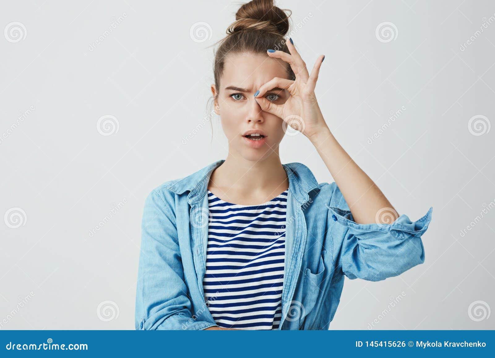 Ce qui vous voulez dire le compte bancaire zéro d argent Portrait de jeunes cheveux européens beaux déçus frustrés de la femme 25