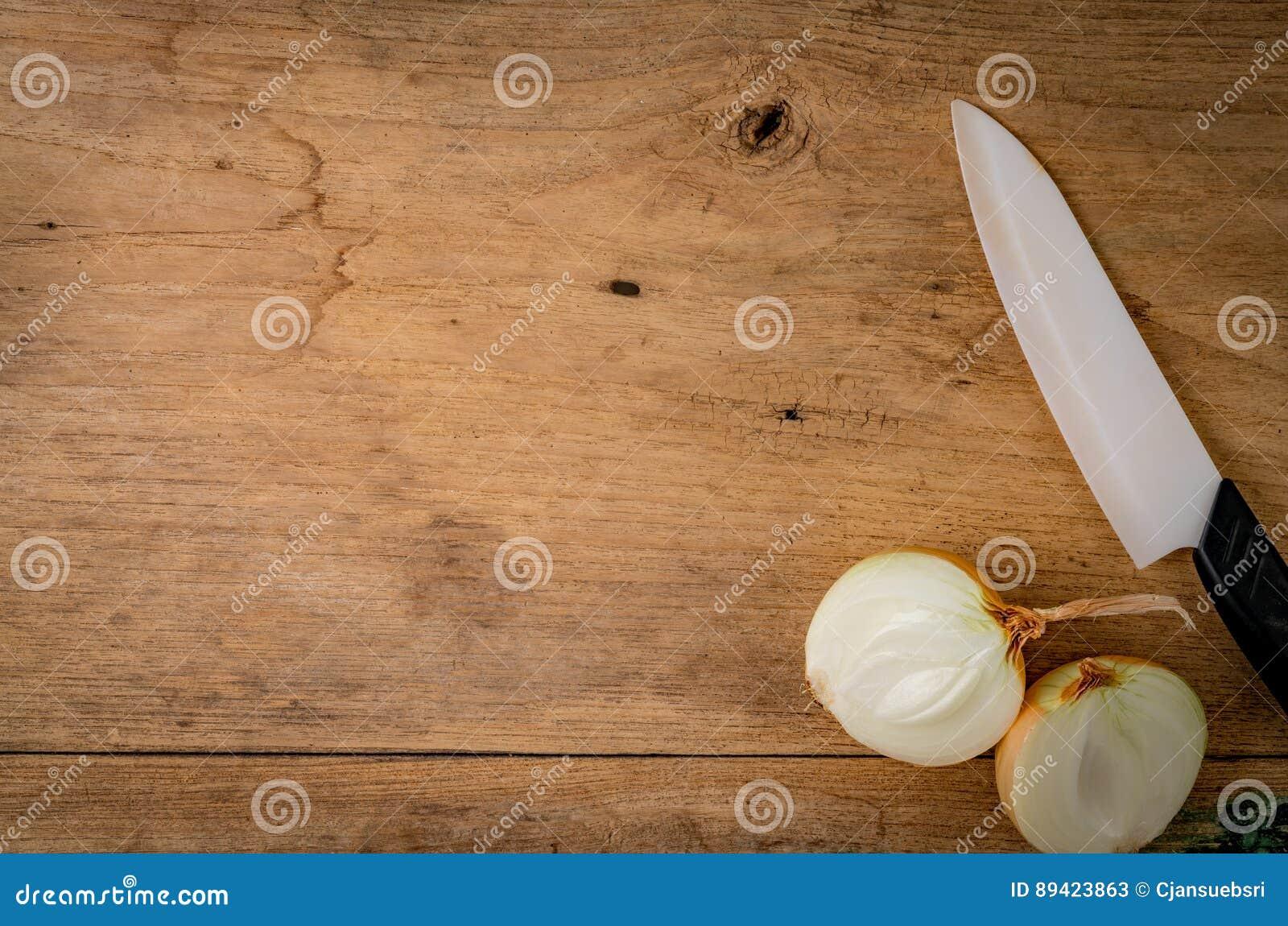 Cebola na madeira marrom