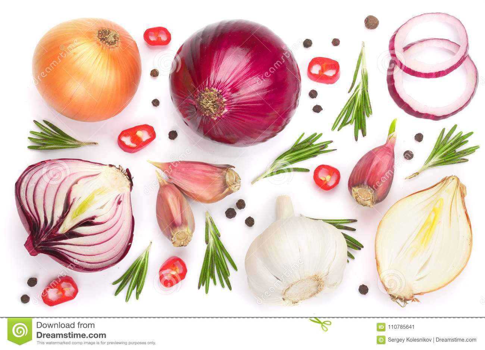 Cebolas vermelhas, alho com alecrins e grãos de pimenta isolados em um fundo branco Vista superior Configuração lisa