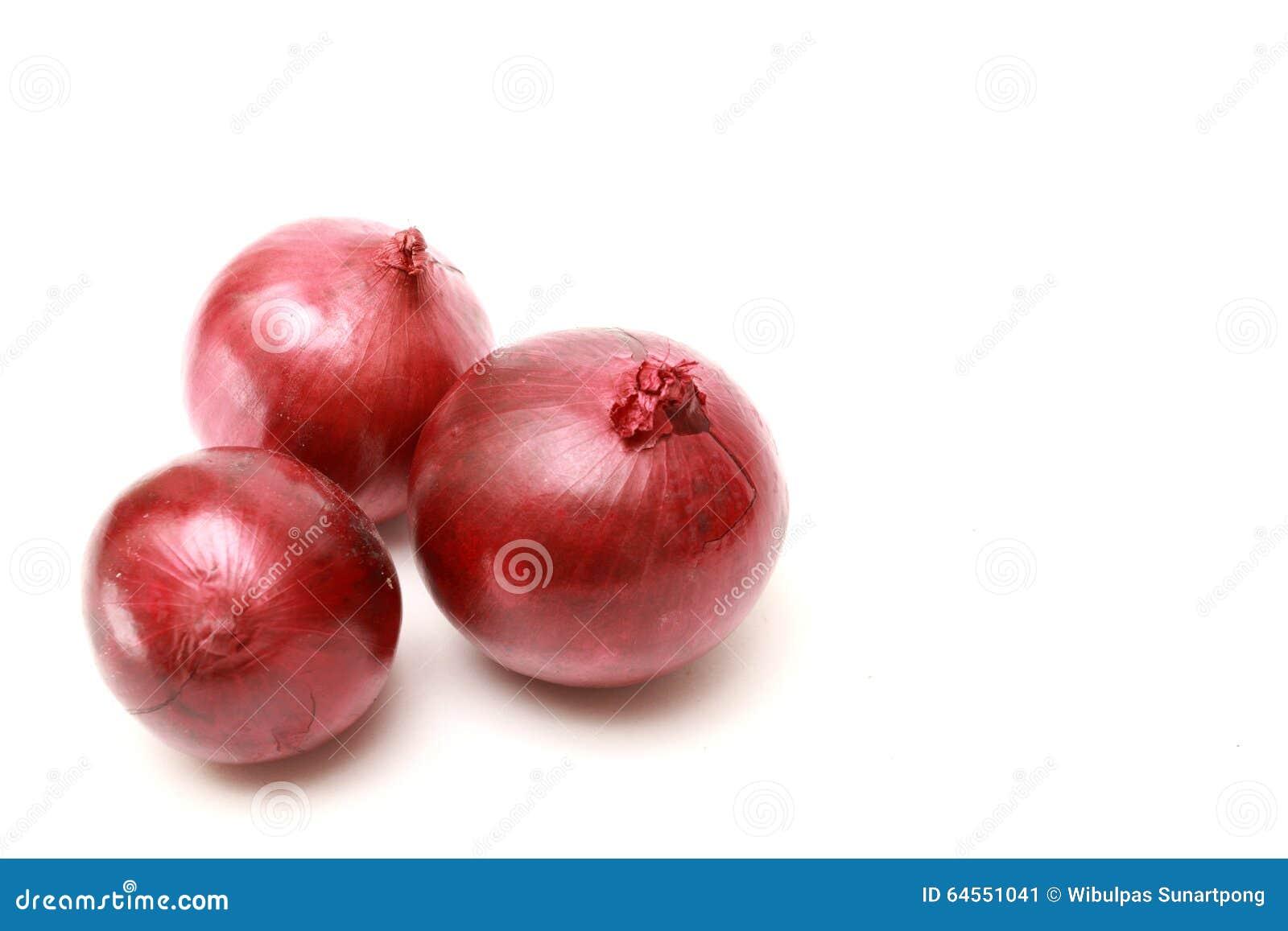 Cebolla roja tres en el fondo blanco