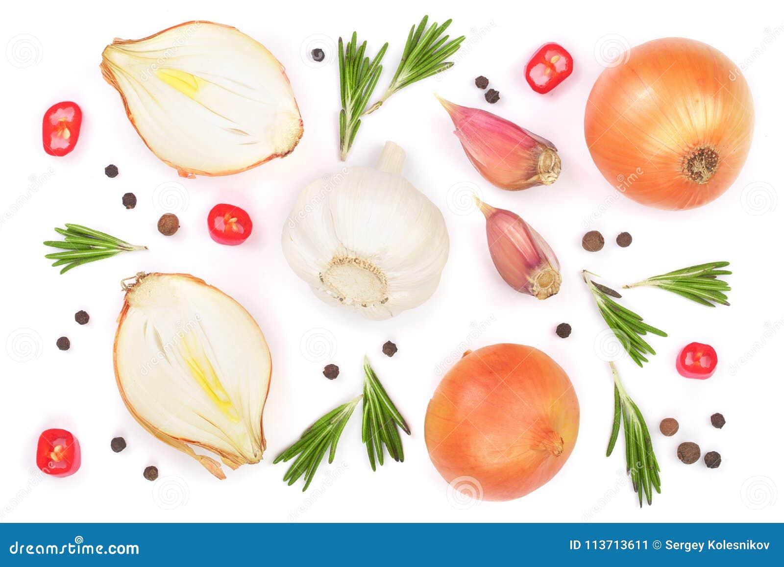 Cebollas con el romero, el ajo y los granos de pimienta aislados en un fondo blanco Visión superior Endecha plana