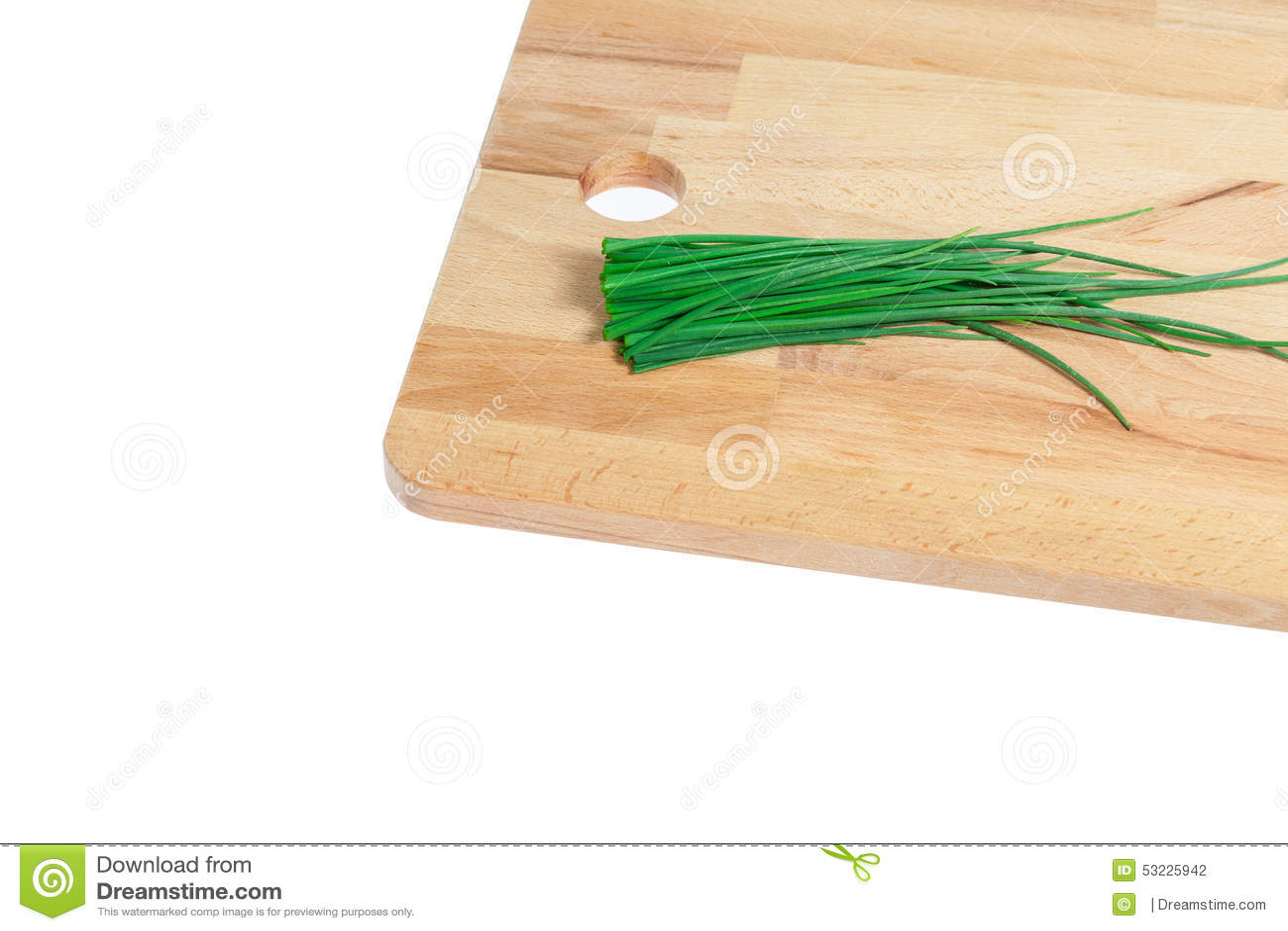 Cebolletas verdes en la tajadera de madera