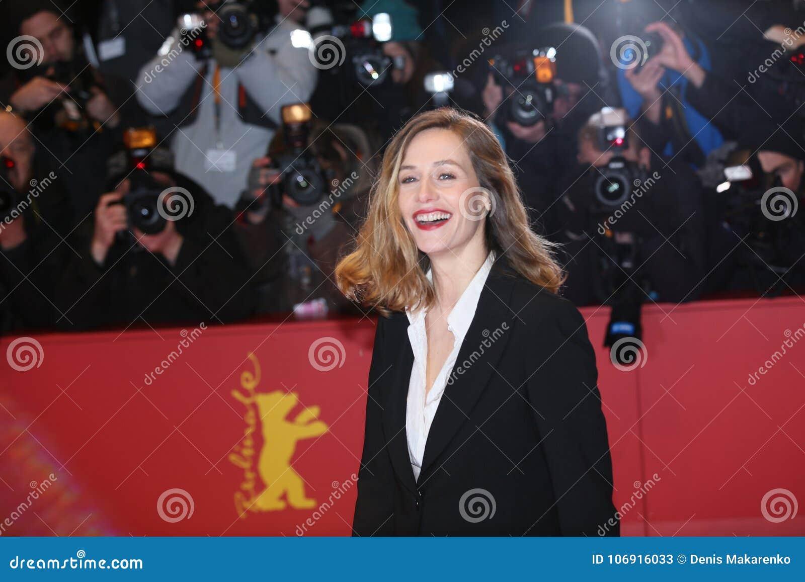 Cecile de Francja pozy na czerwonym chodniku