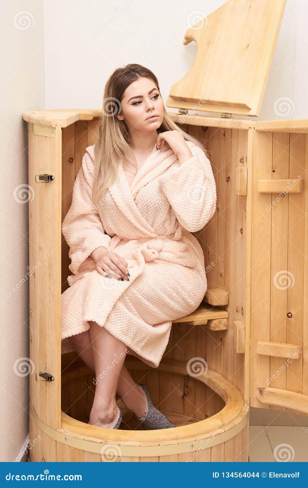 Cedro del barilotto Sauna della stazione termale di benessere Trattamento di Aromatherapy Giovane donna di bellezza Fronte della