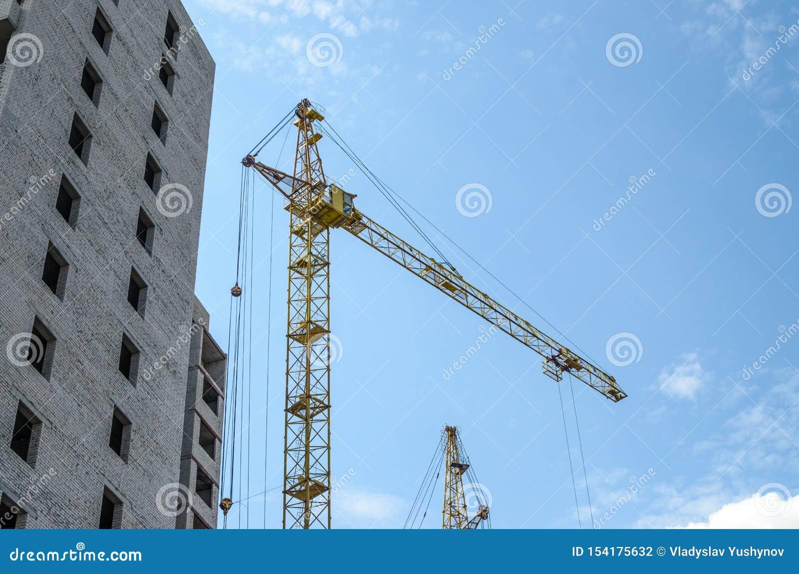 Cegła mieści w budowie i budowy żurawie