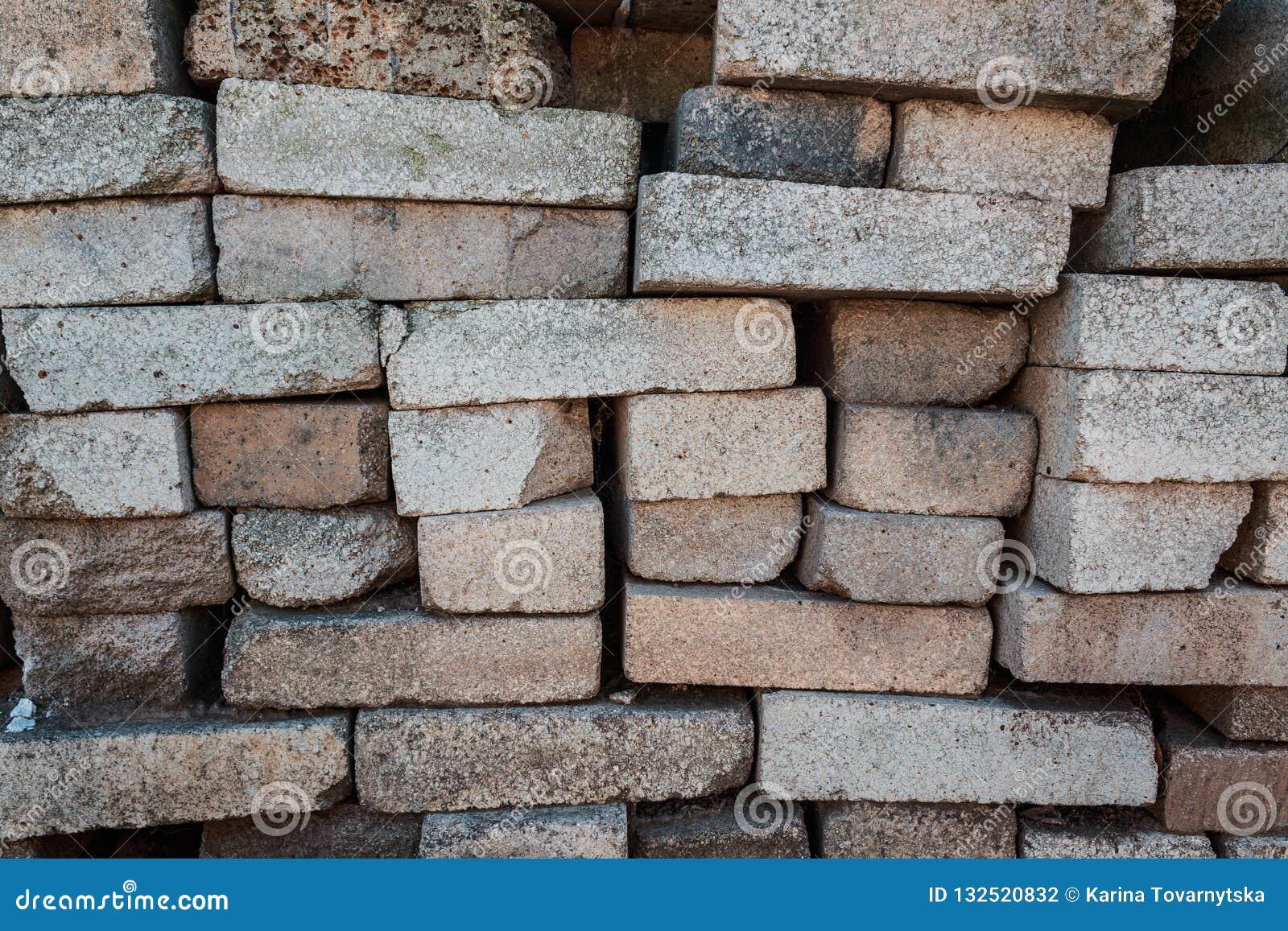 Cegły stos Magazynowi materiały budowlani Czerep cegły używać jako materiały budowlani