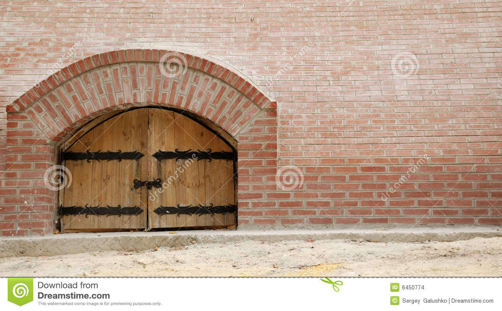 Ceglana ściana drewniane drzwi