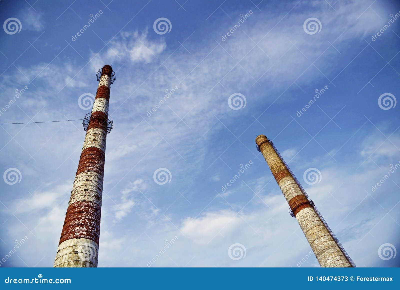 Ceglane fabryk drymby na tle niebieskie niebo