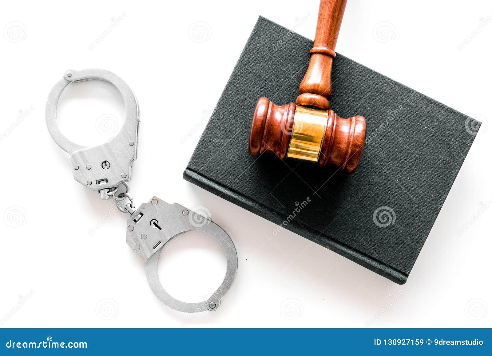 Ceglanego pojęcia przestępstwa przodu ręki srogiego mienia pistoletowa cienia ściana Metal zakłada kajdanki blisko sędziego młote