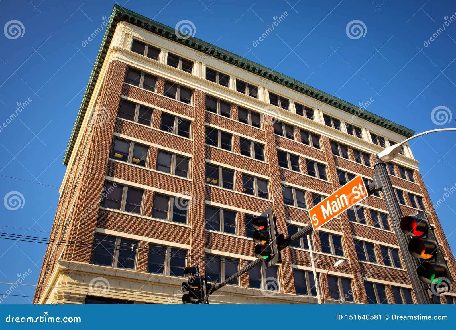 Ceglany budynek biurowy na Main Street