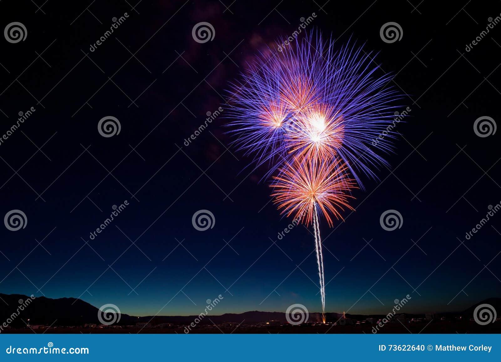 Celebração colorida dos fogos-de-artifício do 4 de julho no crepúsculo