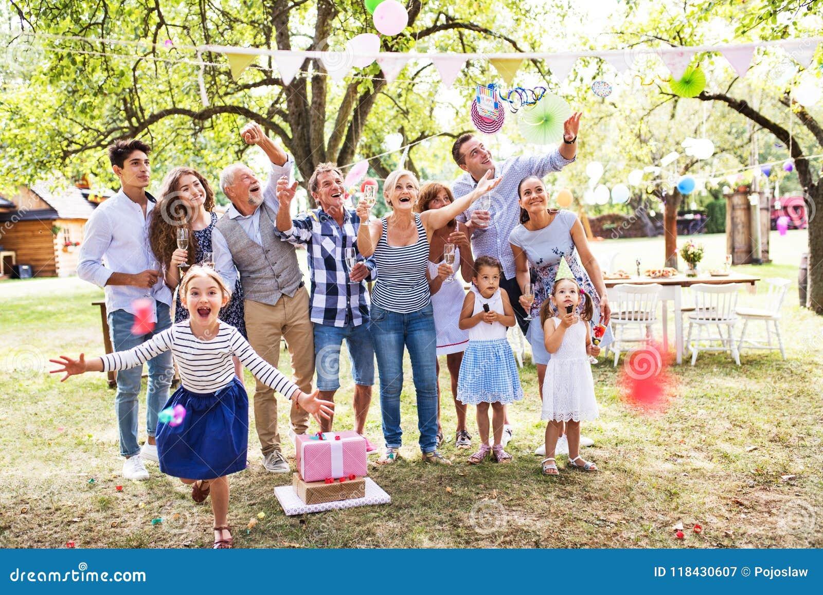 Celebração de família ou um partido de jardim fora no quintal