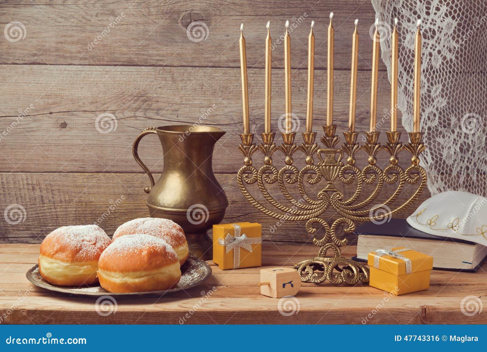 Celebração judaica do Hanukkah do feriado com menorah do vintage
