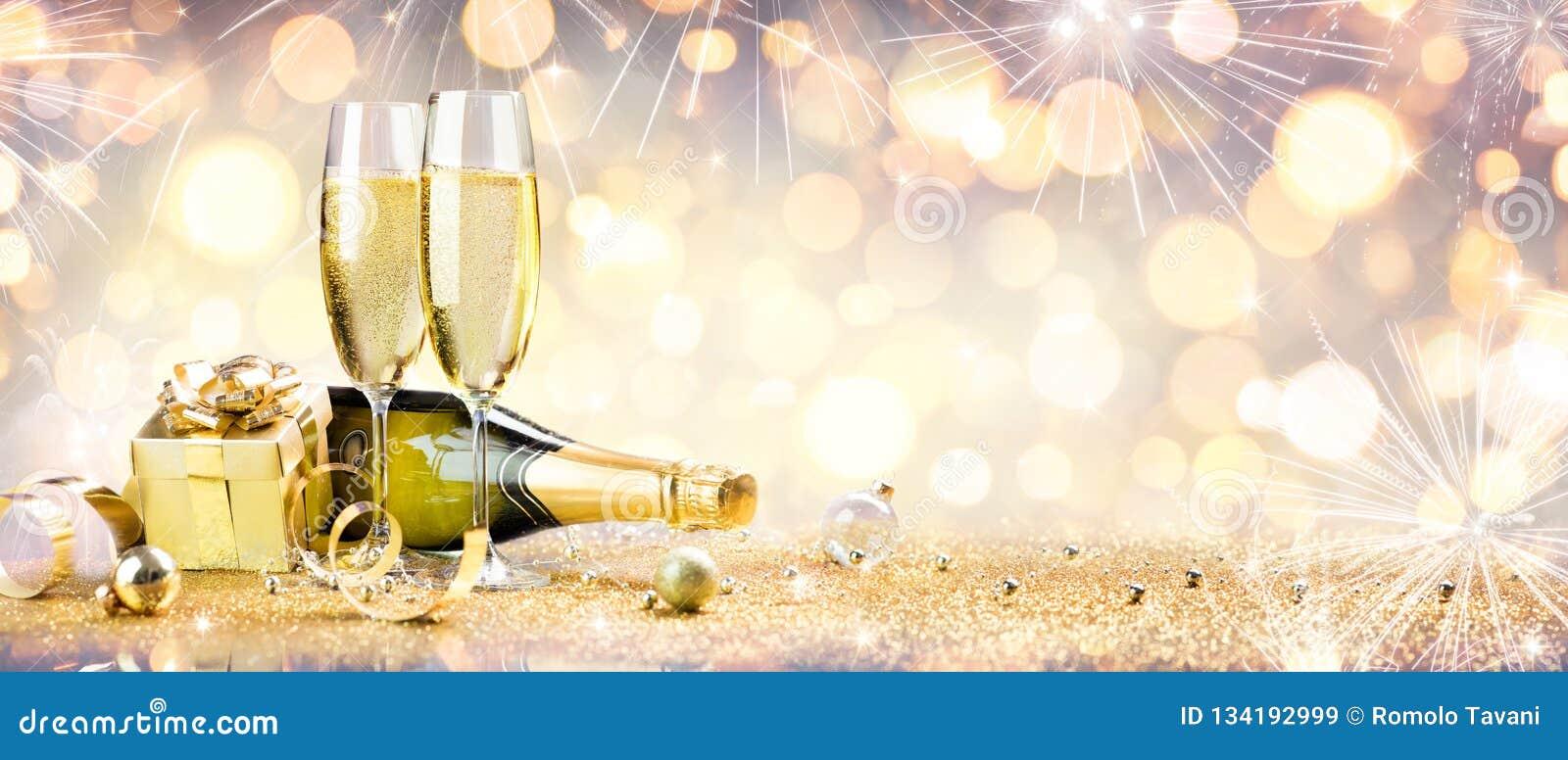 Celebra??o do ano novo com champanhe