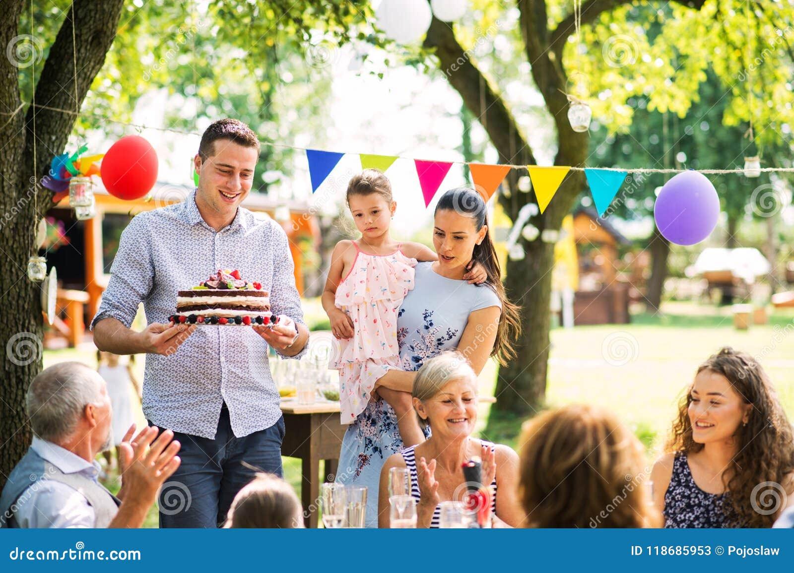 Celebración de familia o una fiesta de jardín afuera en el patio trasero