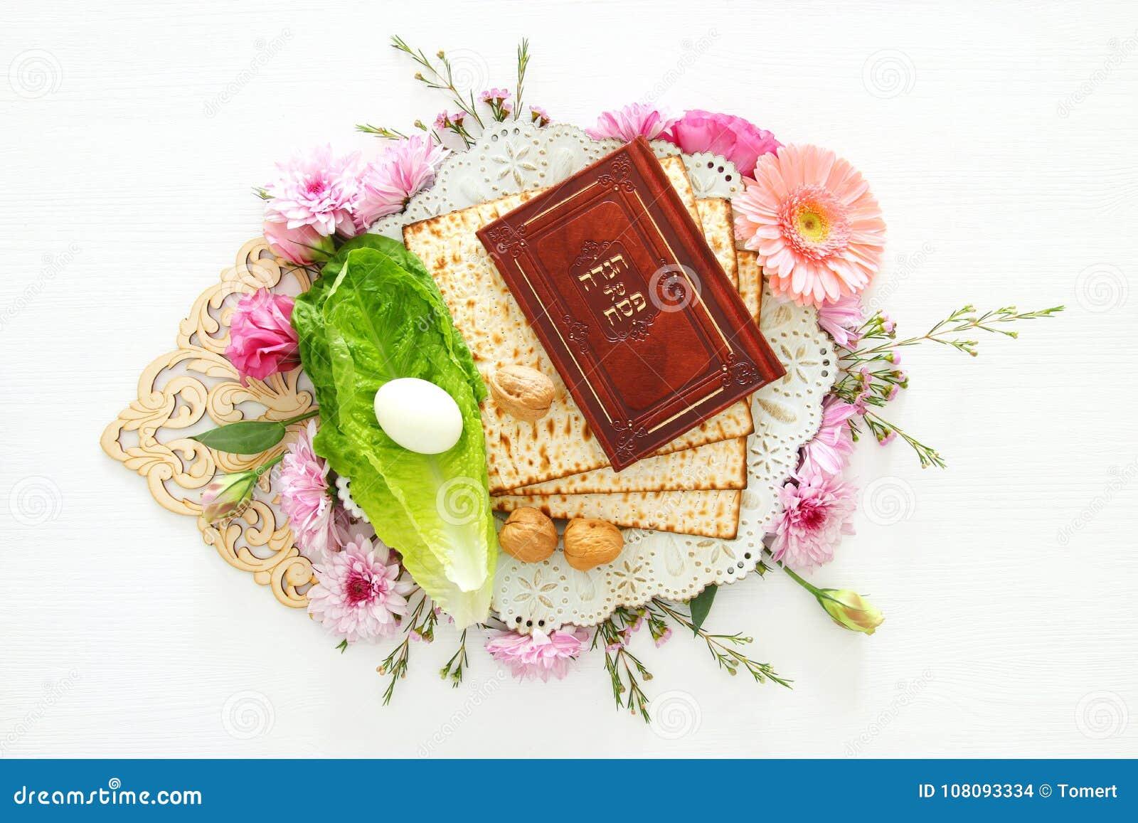 Celebración de Pesah y x28; Passover& judío x29; Libro tradicional con el texto en hebreo: Haggadah de la pascua judía y x28; Pas