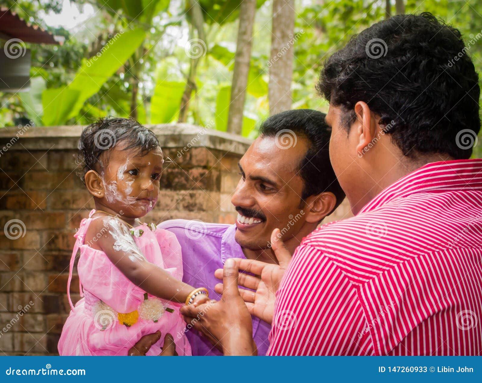Celebración del cumpleaños de la muchacha india del niño