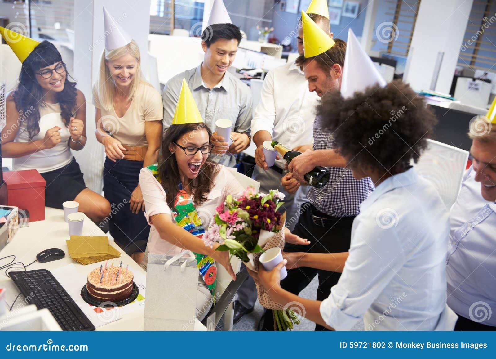 Celebraci n del cumplea os de un colega en la oficina foto for Xxx porno en la oficina
