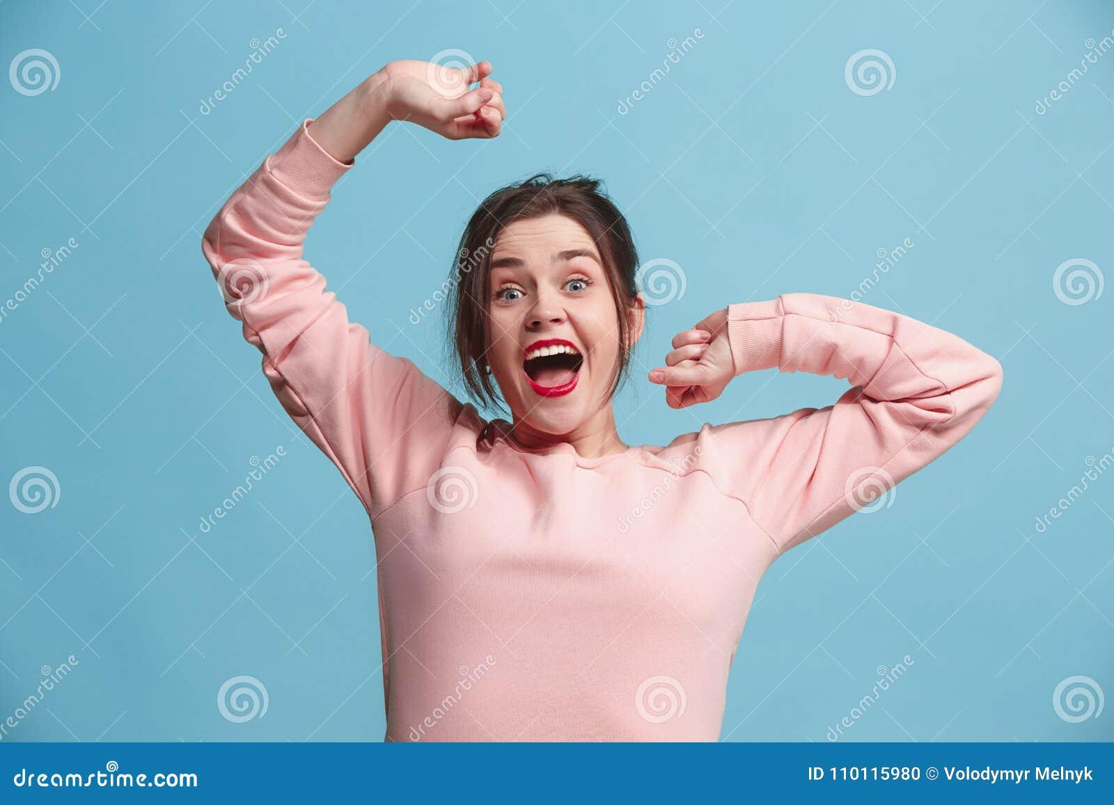 Celebración extática feliz de la mujer del éxito que gana siendo un ganador Imagen enérgica dinámica del modelo femenino