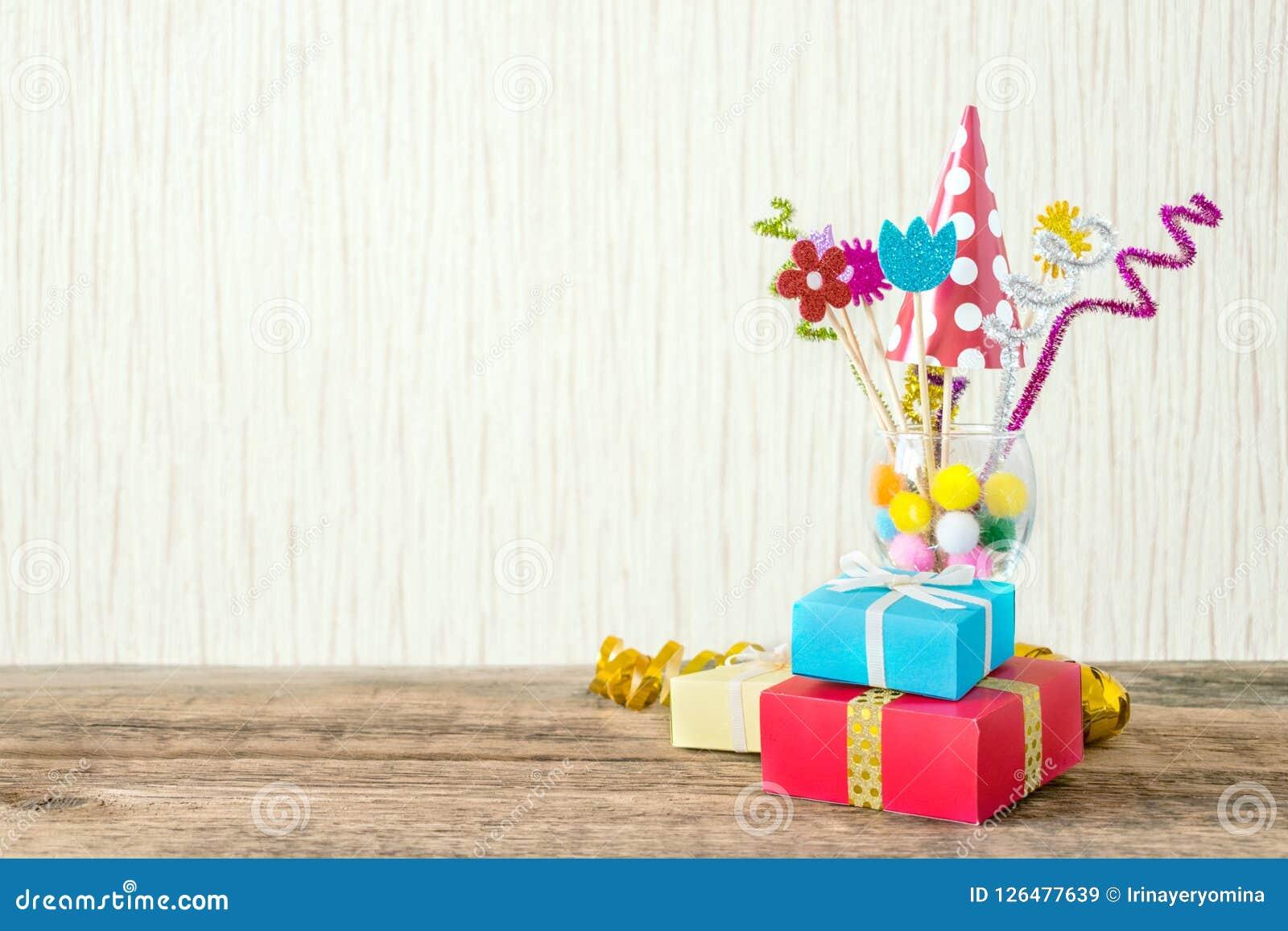 Celebración, fondo de la fiesta de cumpleaños con el sombrero colorido del partido,