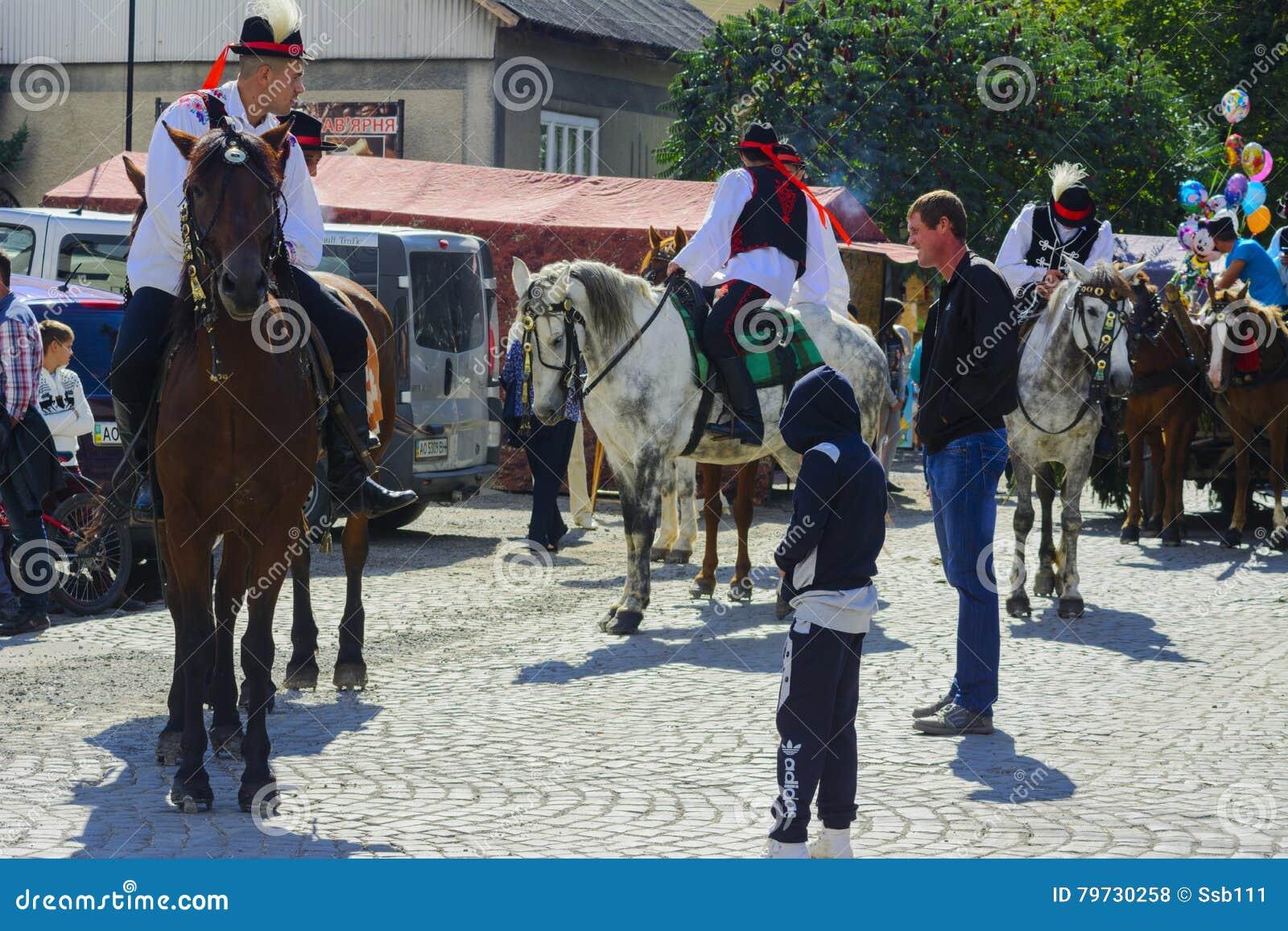 Celebración vestida del carnaval en el pueblo