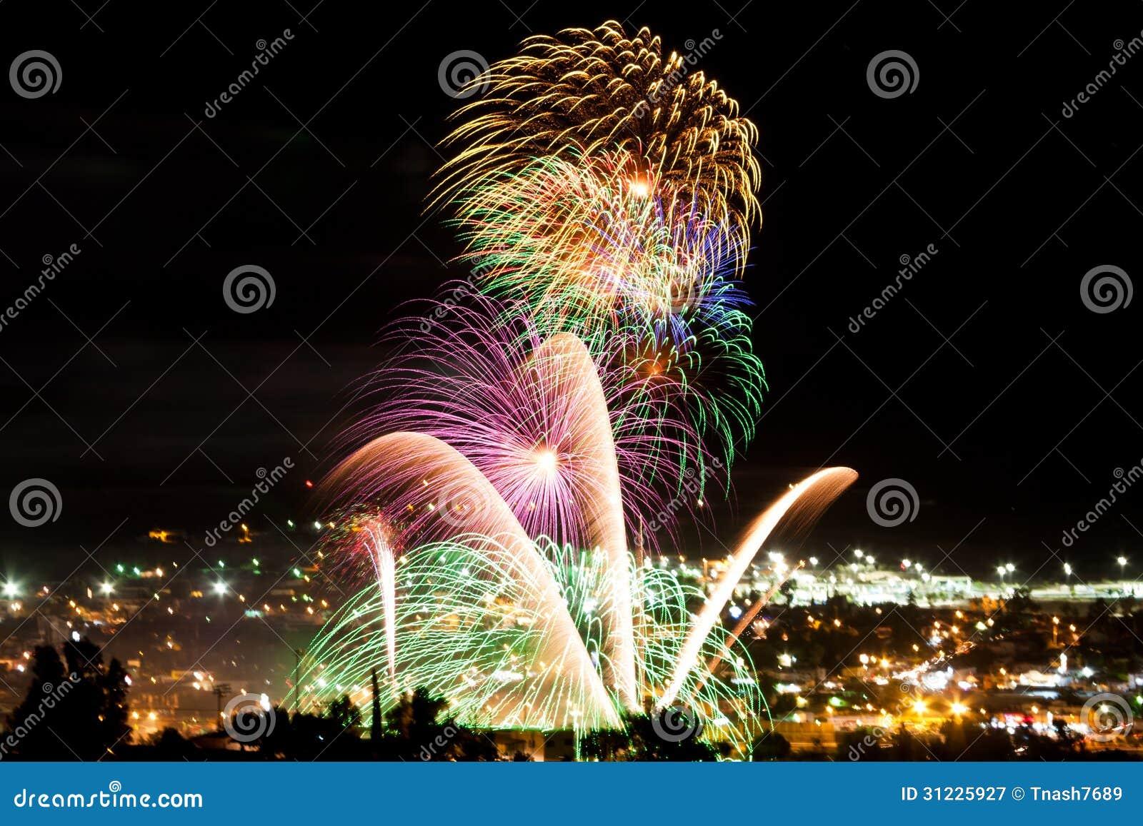 Celebración y fuegos artificiales sobre una gran ciudad