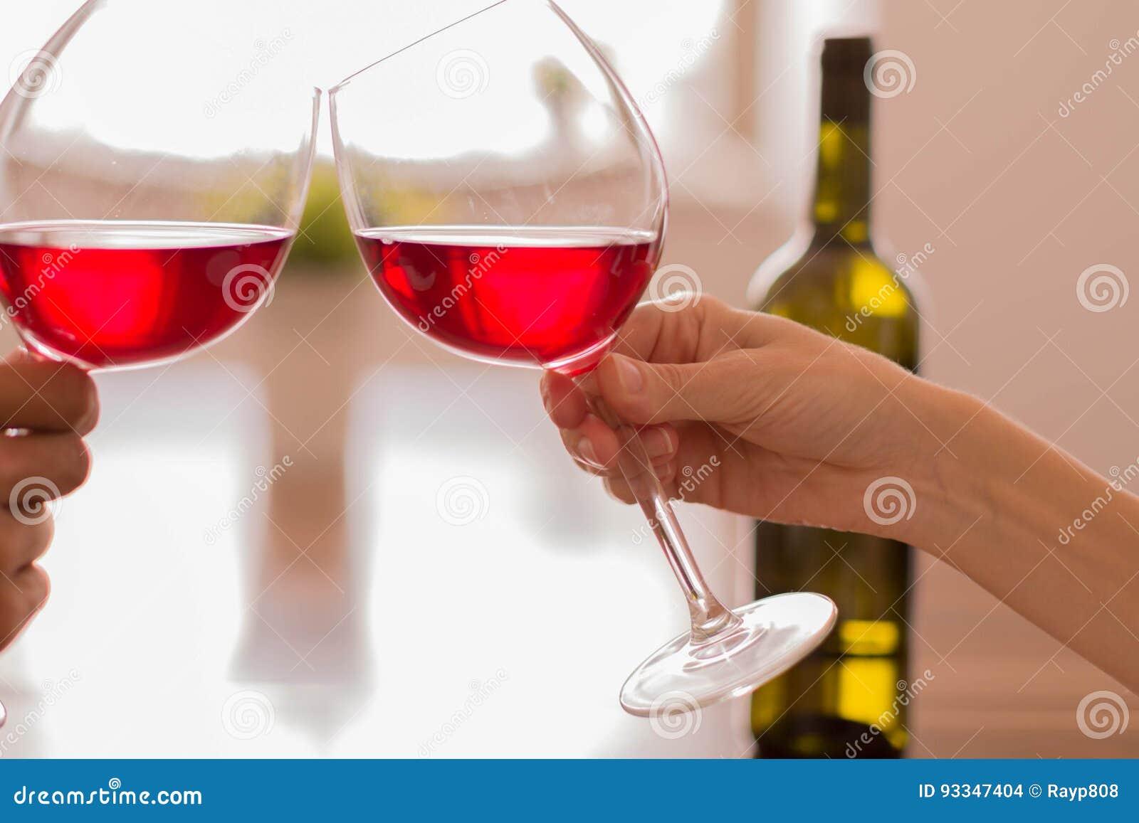 Celebrando dai vetri tintinnanti di vino rosso