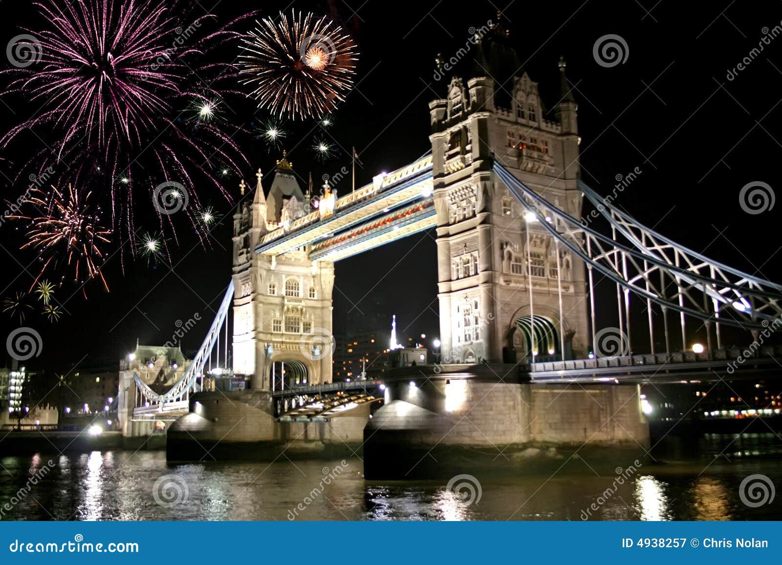 Celebrazione dei fuochi d artificio sopra il ponticello della torretta