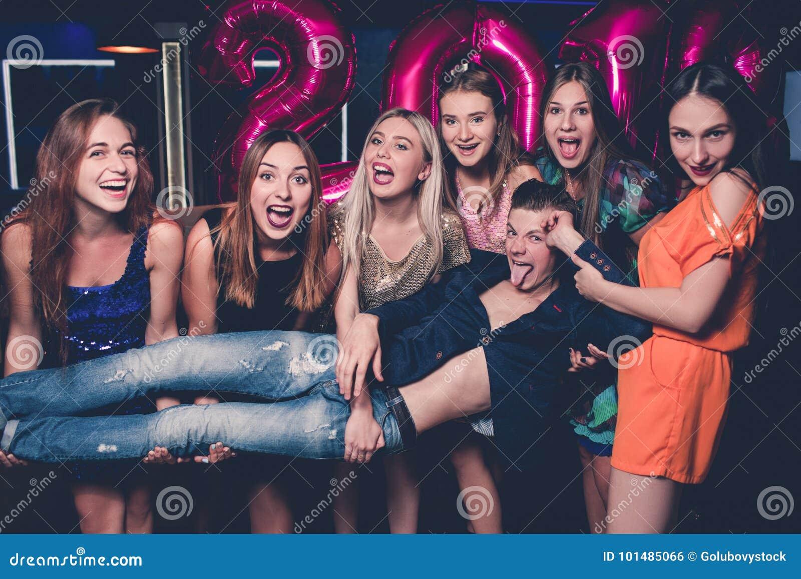 Celebrazione felice del nuovo anno Amici divertenti
