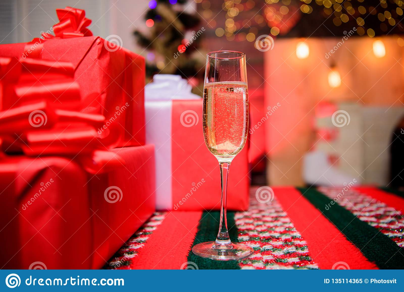 Celebre el Año Nuevo 2009 Vidrio de cierre del champán para arriba Cualidad tradicional del Año Nuevo Feliz Año Nuevo y Feliz Nav