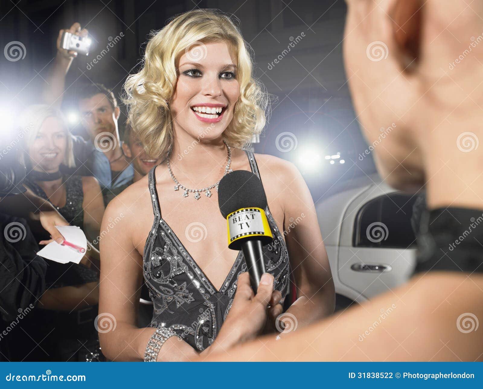Celebridade que está sendo entrevistada pelo journalista