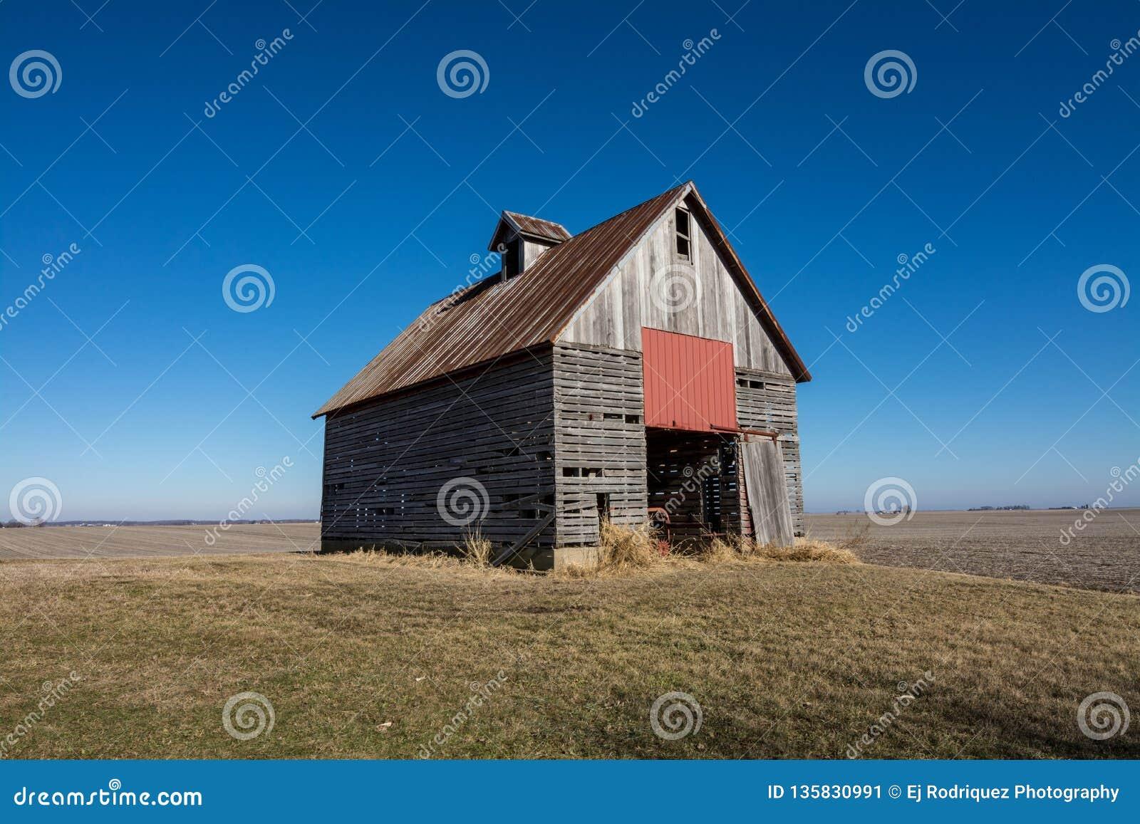 Celeiro de madeira isolado no nanowatt rural Illinois, EUA