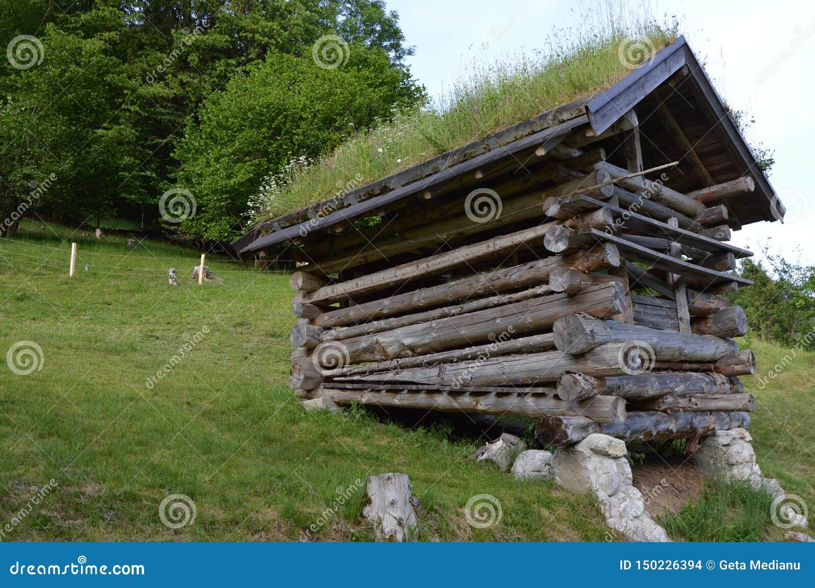 Celeiro de madeira velho nas montanhas austríacas