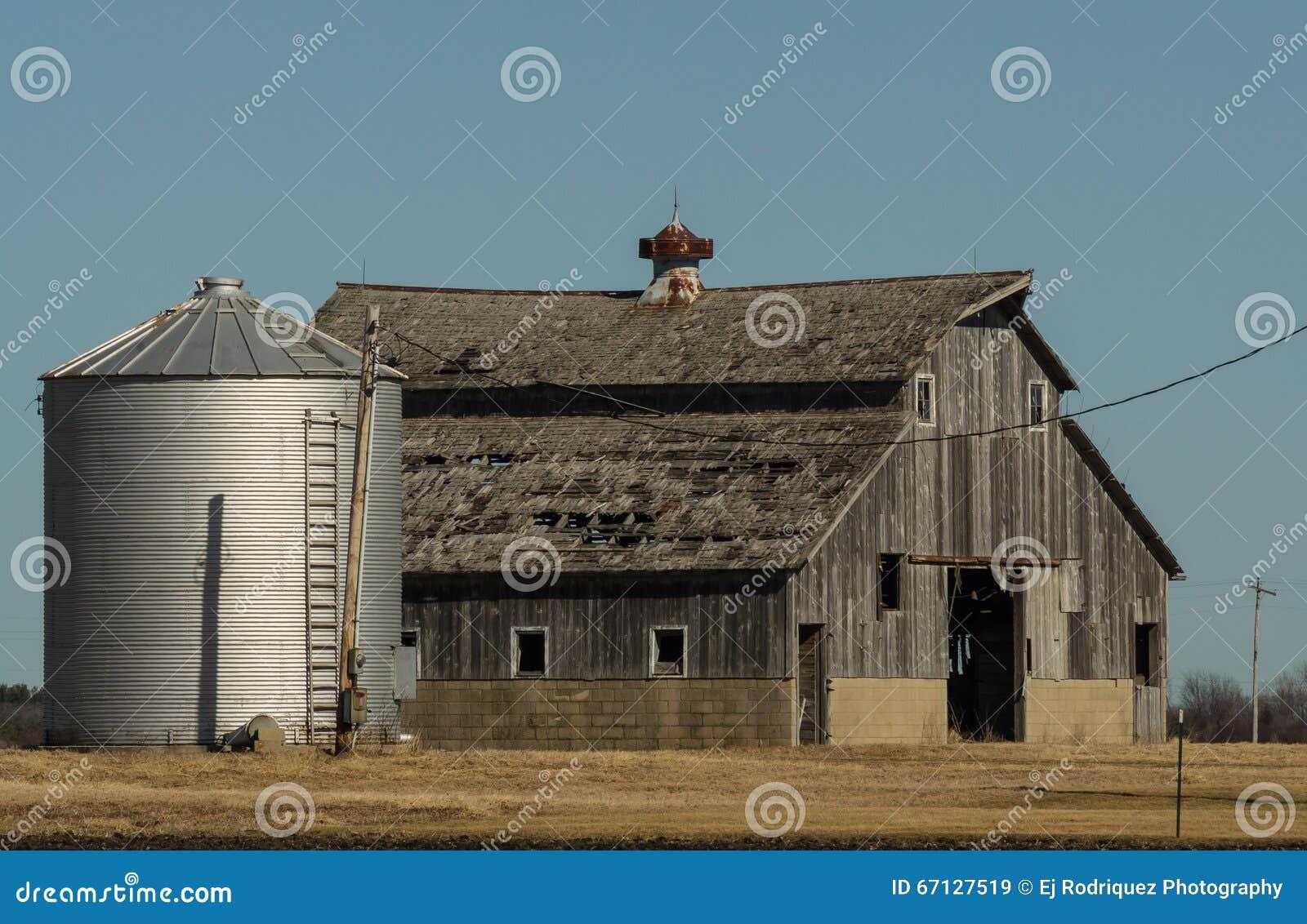 Celeiro e silo de madeira