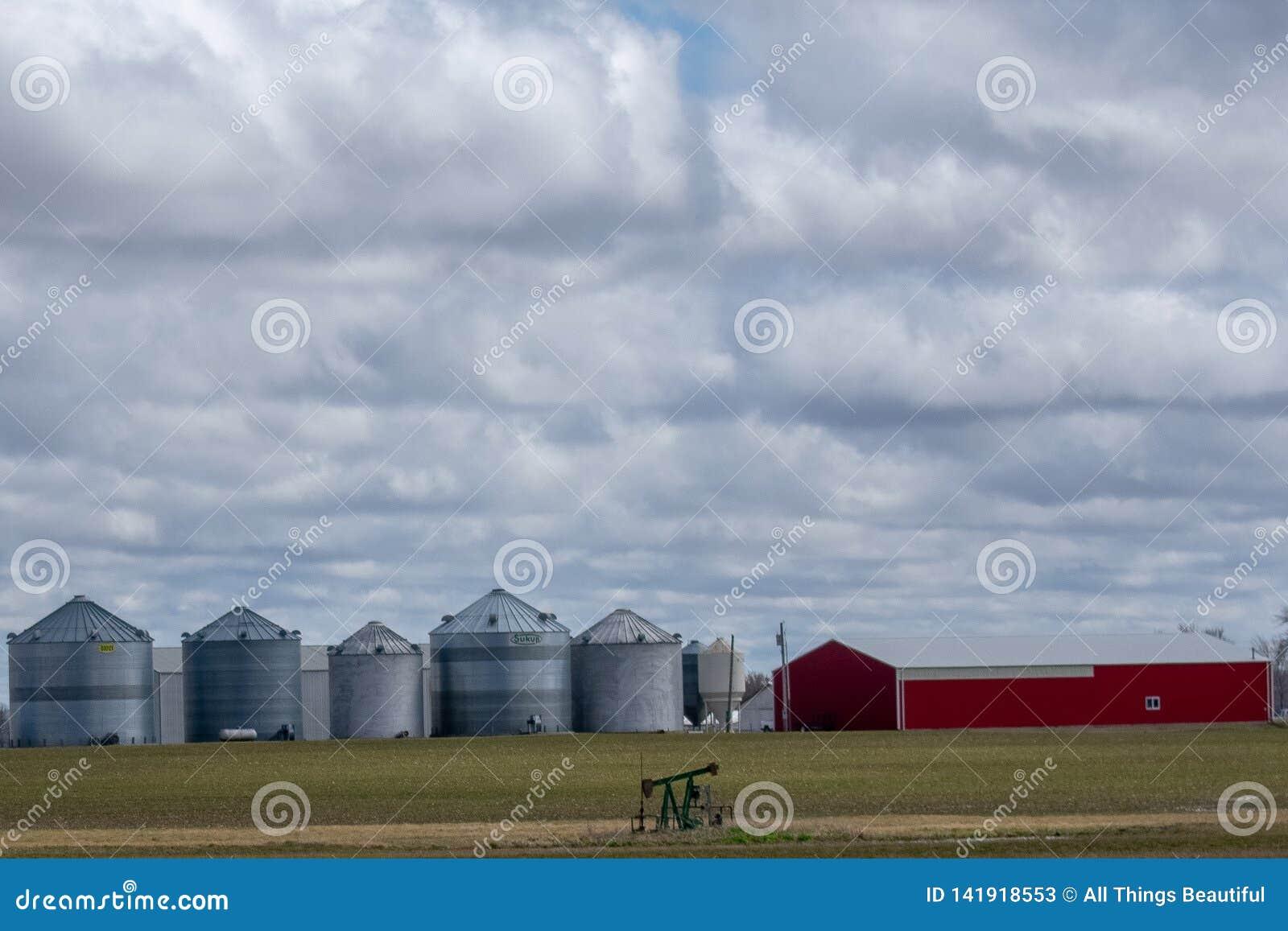 Celeiro e silos no meio do campo de exploração agrícola