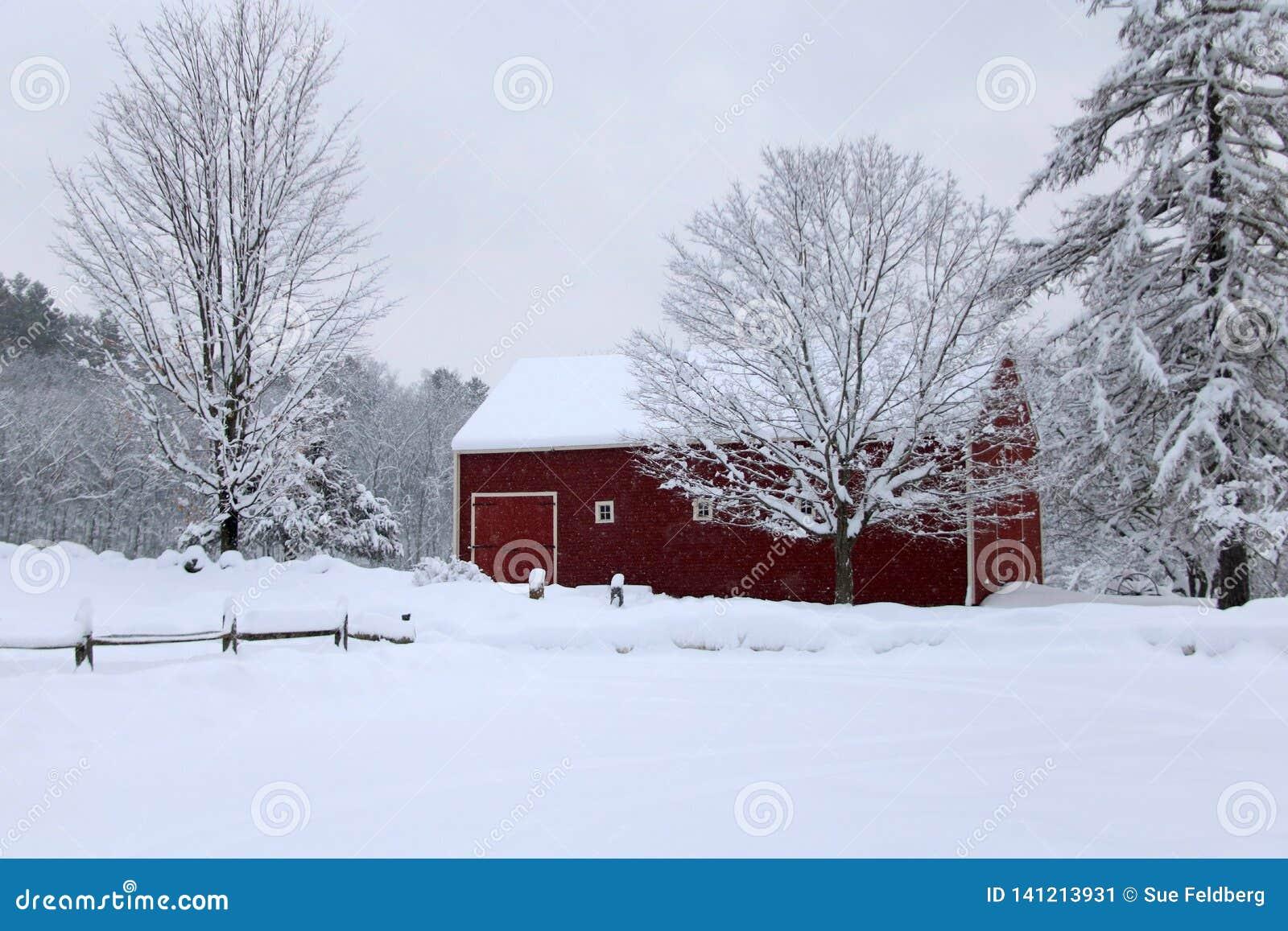 Celeiro nevado do inverno em Nova Inglaterra