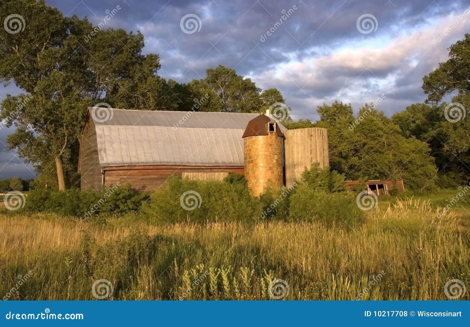 Celeiro raro com silos de madeira e da telha