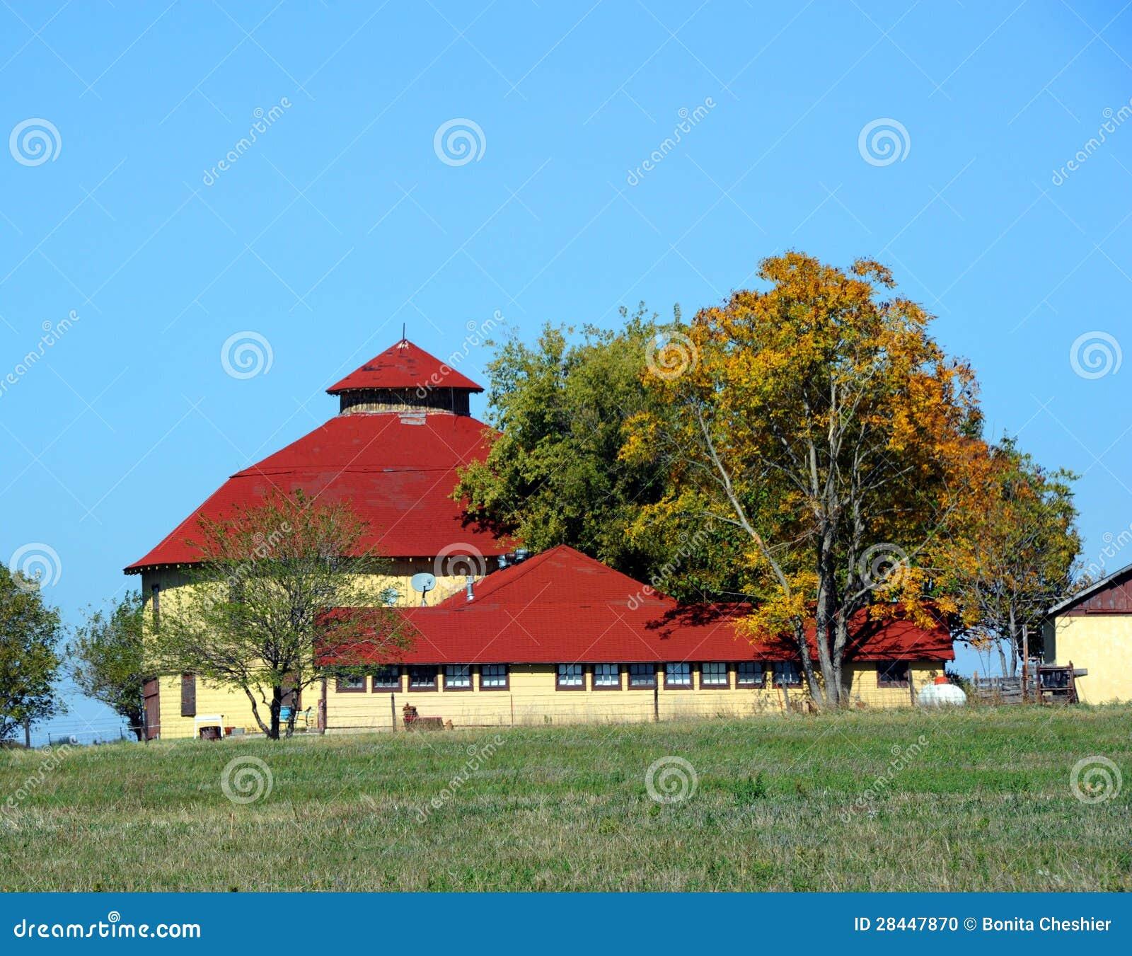 Celeiro redondo com telhado da telha