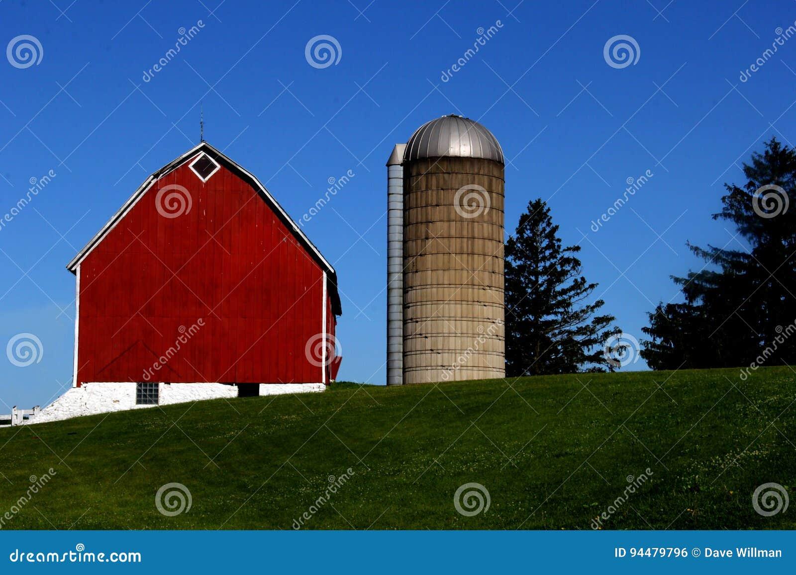Celeiro vermelho e silo do vintage velho