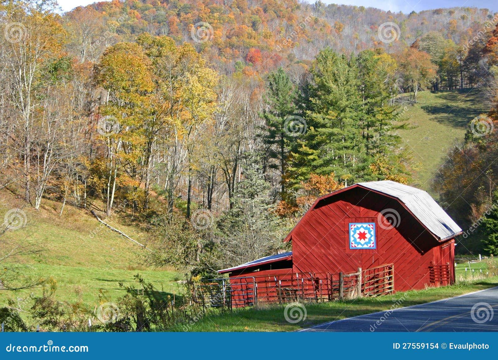 Celeiro vermelho no outono