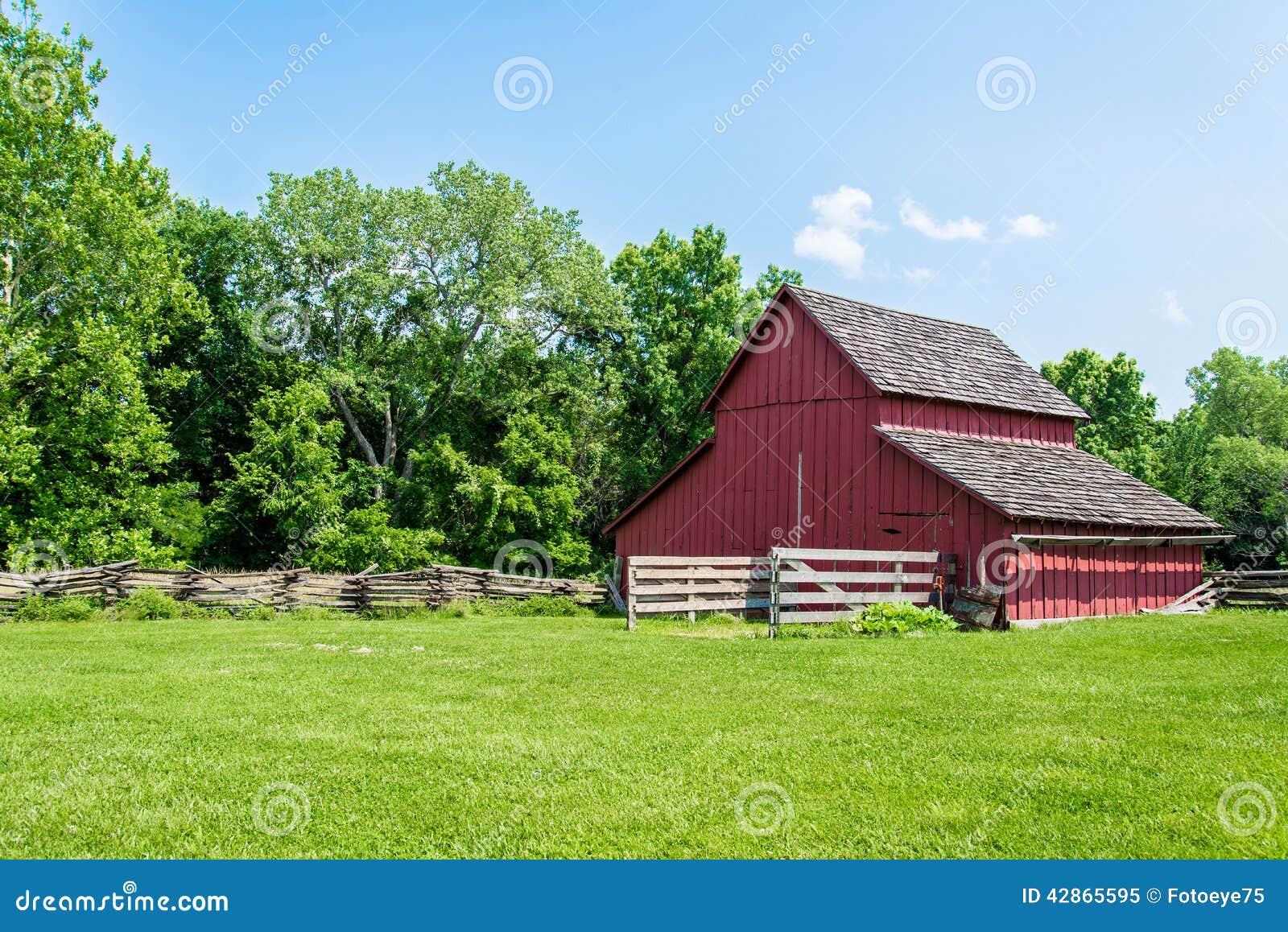 Celeiro vermelho velho em uma exploração agrícola