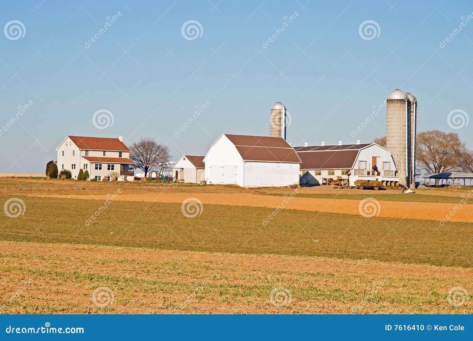 Celeiros e silos na exploração agrícola de Amish