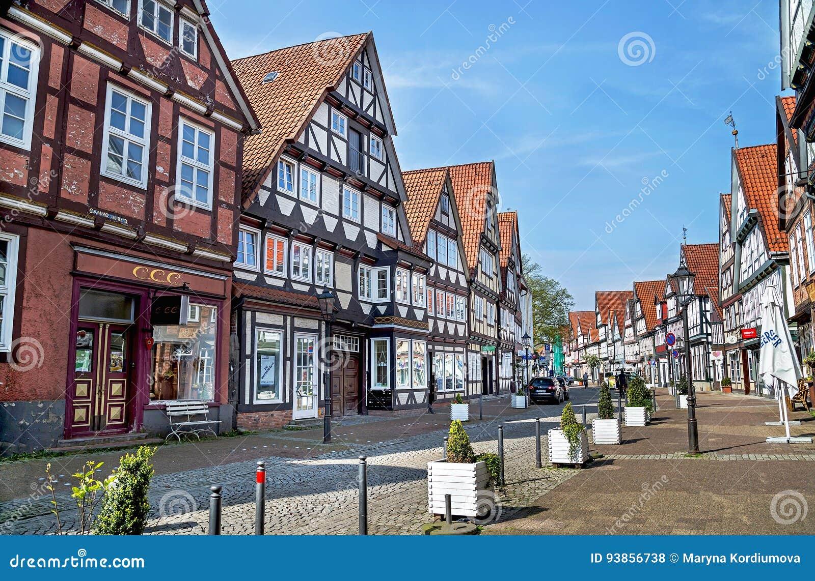Celle Niemcy, Maj, - 1, 2017: Ulica z fasadą budynek w Celle Stary miasteczko w Niskim Saxony, Niemcy