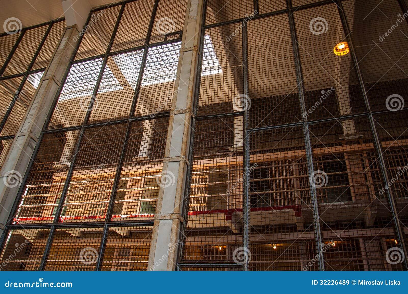 Download Cellgroup Viu Através De Uma Cerca De Segurança Na Prisão De Alcatraz Imagem de Stock - Imagem de justiça, aprisionamento: 32226489