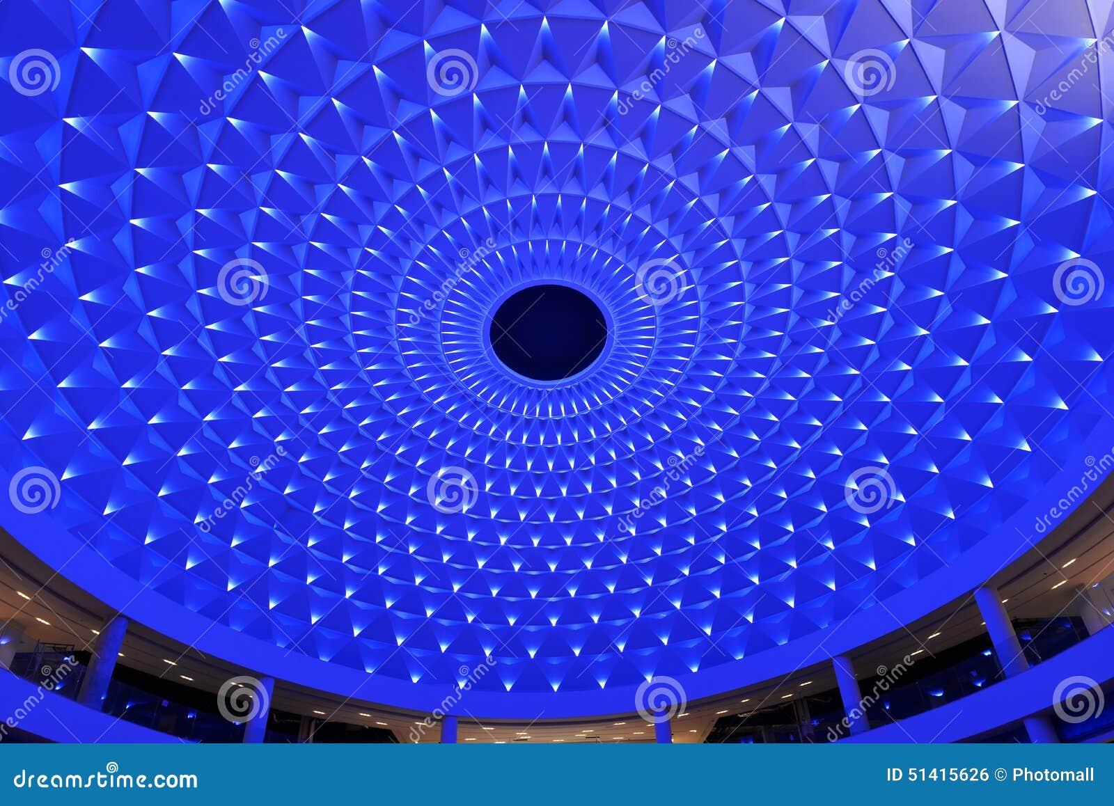 Cellulair die plafond omhoog door blauwe geleide verlichting wordt aangestoken