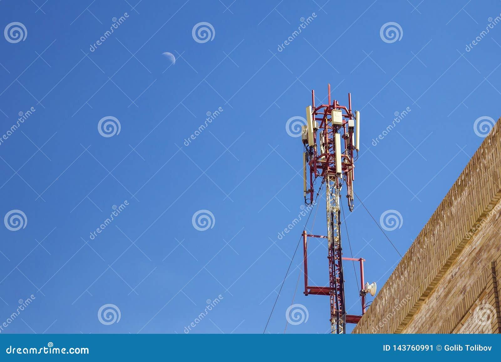 Cellulaire antenne Mededeling over een bovenkant van het de bouwdak