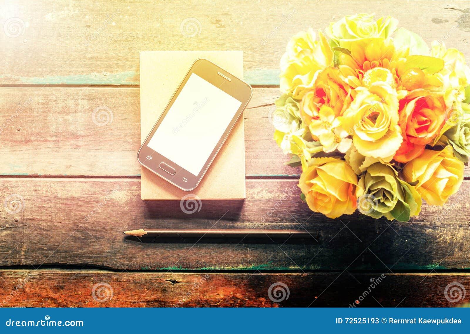 Cellulare sul pavimento di legno