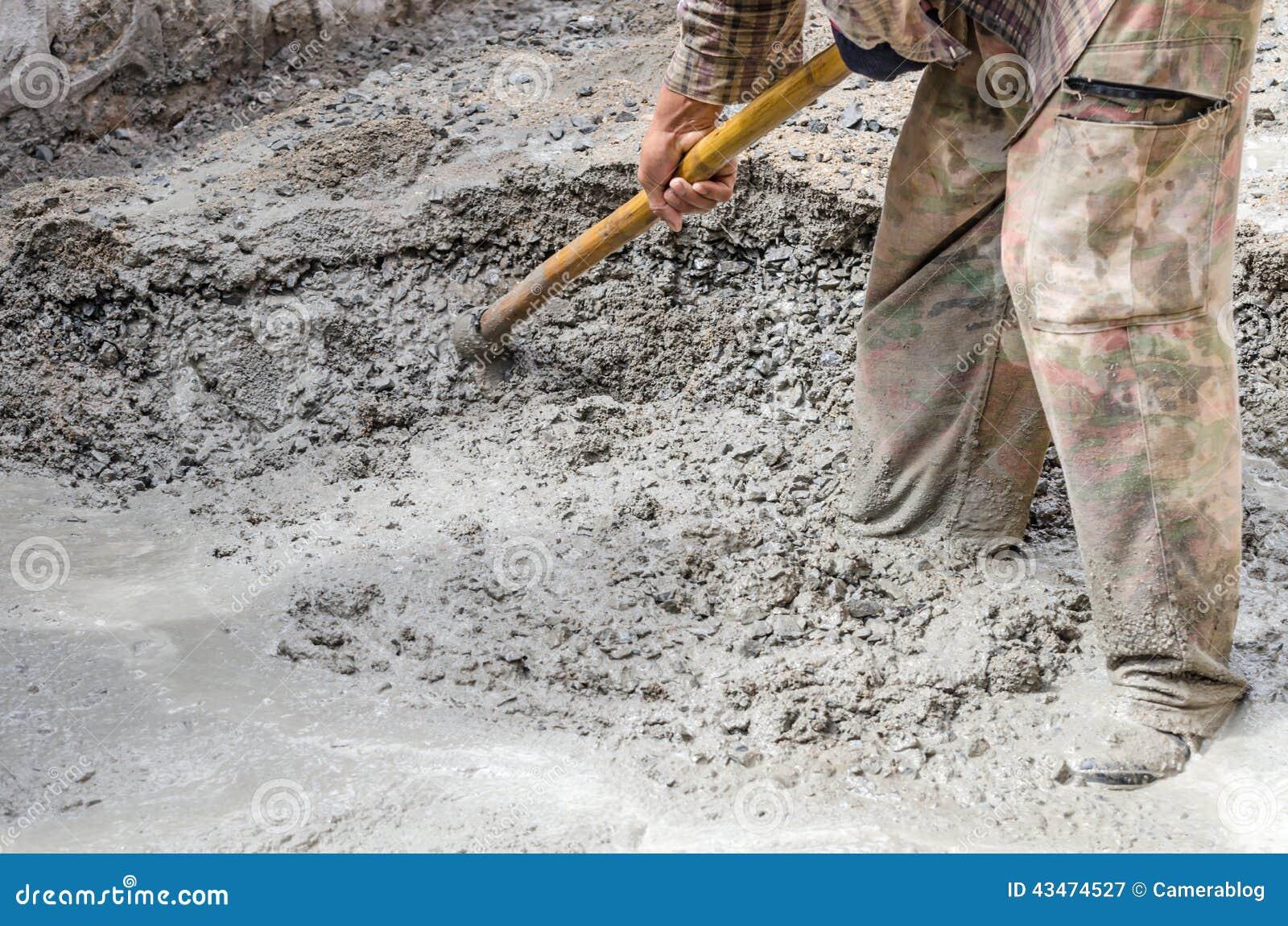 Cemento de mezcla del trabajador de construcci n foto de for Construccion de gradas de concreto