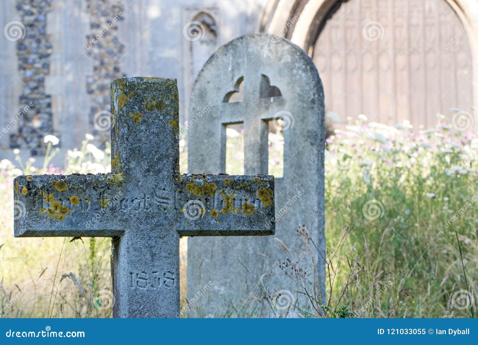 Cemitério inglês do país com a lápide transversal de pedra antiga em r